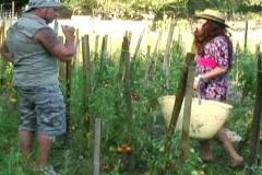 Maman se prend une bonne correction dans le jardin ! (Jacquie et Michel)