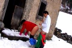 Il baise la nana de l'aubergiste puis va enculer une belle beurette dans la neige !*