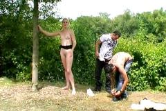Son mari nous renvoie Laetitia pour qu'on lui éduque le cul en plein air, une bonne baise-exhib ! (Jacquie et Michel)