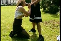Fist-fuckée pour la 1ère fois par un voisin dans le jardin !*