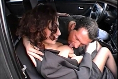 Un couple baise dans leur voiture, dans un coin à voyeurs!