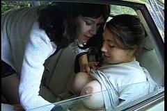 Branlage de trous du cul entre nanas en voiture*