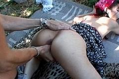 Une jolie fermière baisée dans les fourrés.
