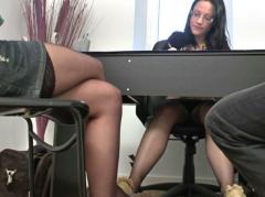 Un couple s'envoie en l'air dans le bureau d'une brune