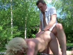 Grosse cougar blonde trompe son mari dans le jardin