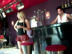 Show porno dans un bar et trio anal pour blonde