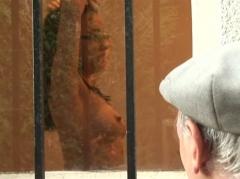 Papy voyeur baise une française nue