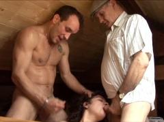 Papy jouit sur une salope du village