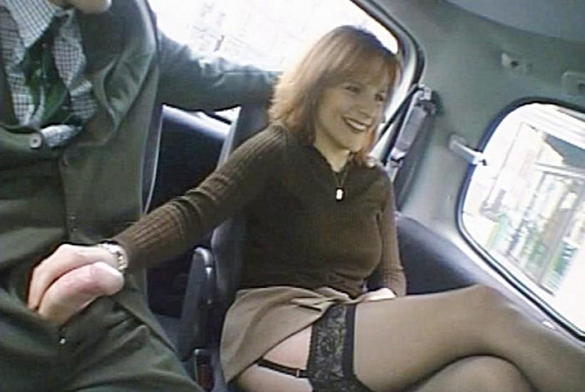 Des adolescents en mode baise dans une voiture, cest