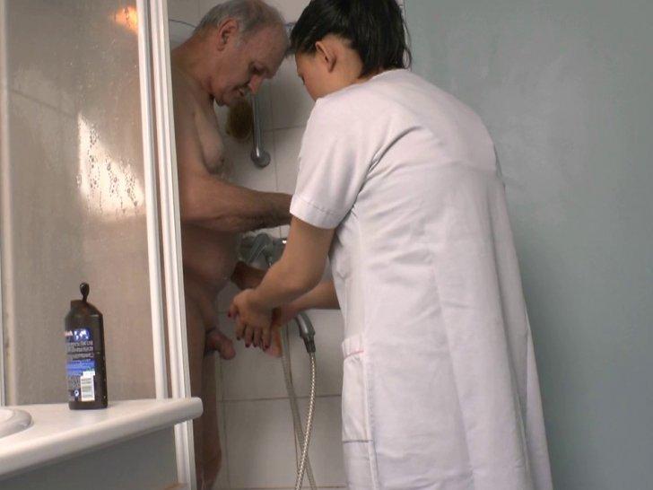 mere de famille sodomisee elle suce dans les toilettes