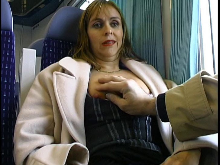 aika, babe en lingerie noire, surprend avec son