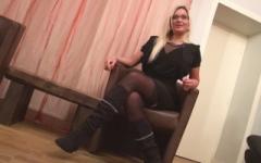 Vanessa, blonde incendiaire maître d'hôtel sur la Côte d'Azur !