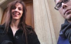 Sarah, serveuse dans une brasserie parisienne, se fait enculer par un fan ! (Jacquie et Michel)