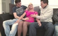 Epouse portugaise baisée par 2 jeunes pour la 1ère fois ! (Jacquie et Michel)