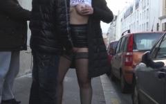 Extrême : elles sucent des passants dans la rue puis vont se faire enculer et pisser dessus dans un théâtre parisien ! (Jacquie et Michel)