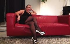 Maman cougar 40 ans à gros seins cherche à se faire enculer par une bande de potes ! (Jacquie et Michel)
