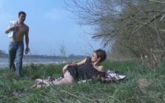 Virginie, femme au foyer à Orléans, fait des plans culs au bord de la Loire ! (Jacquie et Michel)