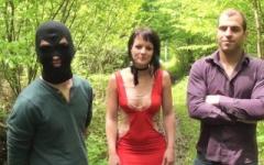 Coiffeuse à Orléans, nous lui faisons maintenant découvrir le gang-bang dans un bois libertin à Paris ! (Jacquie et Michel)