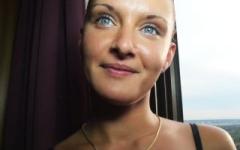 Chloé, belle brune aux yeux bleus, dans une tournante à l'hôtel! (Jacquie et Michel)