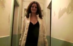 Employée «polyvalente» dans un hôtel à Nîmes, Emma, 25 ans, devient folle devant 1 bite ! (Jacquie et Michel)