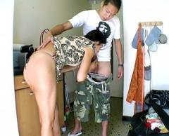 Pour faire plaisir à son mari Maeva se laisse faire par un petit jeune !