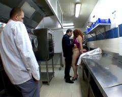 On baise sa serveuse dans l'arrière-cuisine du restaurant !