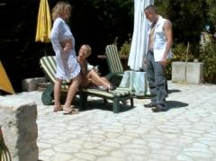 Partage généreux au bord de la piscine