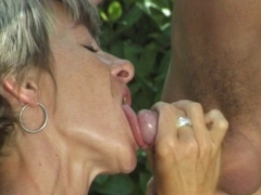 Camping et baise sauvage pour un couple mature.