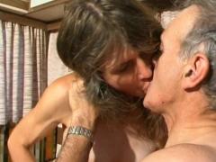 Papy rend visite à sa pute préférée qui le lave au gant avant de baiser!