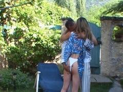 Une jolie blonde accueille son amant dans le jardin et y oublie sa petite culotte!