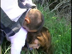 Promenade en amoureux dans les bois et baise à l'arrache dans l'herbe!