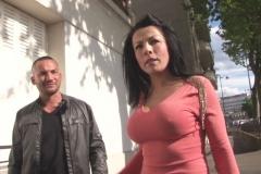 Swan la bimbo marseillaise assaillit par les fans et photographes à Paris ! (Jacquie et Michel)