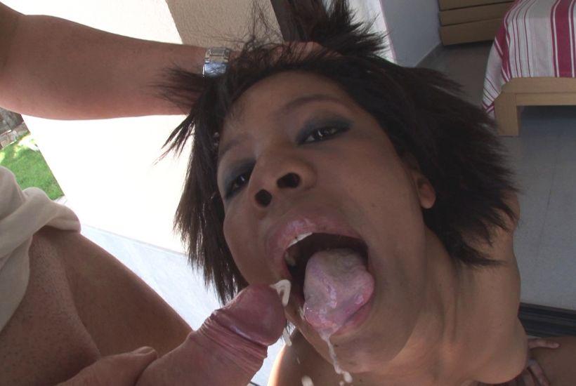 image Maman patronne et cougar donne son cul a un jeunot