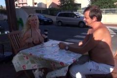 Blonde cougar offerte en bukkake à 30 mecs à la plage devant son mari ébahit ! (Jacquie et Michel)
