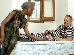 Le prisonnier encule sa gardienne black