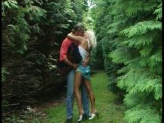 Un duo de gros queutards se rencontre dans les bois pour une gracieuse défonce!