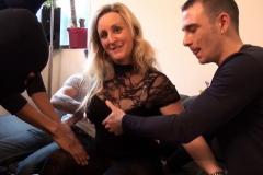 Clara, blondinette mature vendeuse en parfumerie à la Baule, gang-banguée par des jeunes ! (Jacquie et Michel)