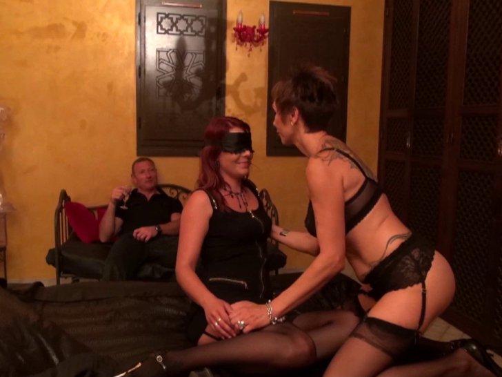 Une mère offre sa gonzesse en double inconnus dans un club libertin