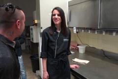 Ils vont niquer Bella dans la cuisine du resto où elle bosse ! (Jacquie et Michel)