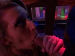 Rencontre torride en club pour une jeune blondasse très gourmande.