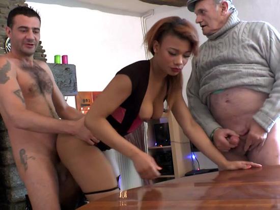 Papi fait un trio avec un jeune couple amateur bien cochon