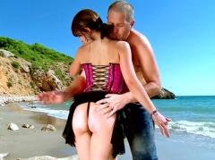 Sodomie sur la plage d'une brunette à couettes