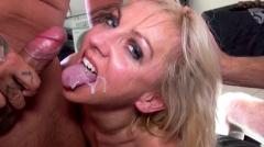 Trio pervers pour blonde relâchée aimant sucer deux bites