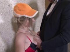 Signé jacques et michel ! enorme: on a baiser la concierge dans une cage d'escalier !