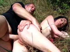 Tania kiss se fait sodomiser dans le dunes par une grosse bite