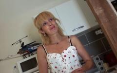 Zhelia, 38ans, hôtesse de caisse, en a marre de son mari qui ne la baise pas assez !  (Jacquie et Michel)