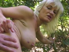 Blondie exhibition et libérée arracher dans un bois