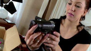 Nora luxia teste sa nouvelle caméra avec le vendeur