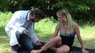 Blondie baisée dans un bois par son médecin de famille