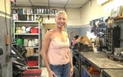On baise justine, 37 ans, dans son magasin de moto à marseille ! (Jacquie et Michel)